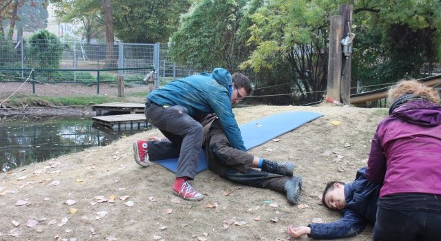 Blauer-Outdoor-Erste-Hilfe-Kurs